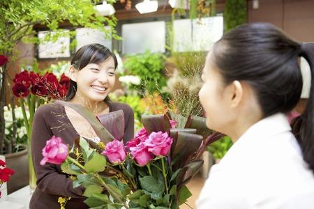 花束を持つ店員