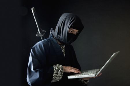Laptop ninja Standard-Bild - 49506490
