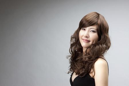 かつらを身に着けている女性