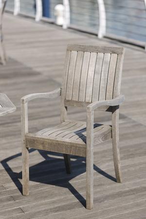 silla de madera: Silla de madera que fue colocado en la cubierta de madera