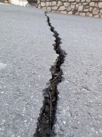 fissure: Fissure dans le sol