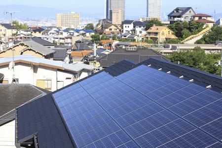 paneles solares: Techo panel solar Foto de archivo