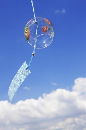 Blauwe luchten en windgong Stockfoto