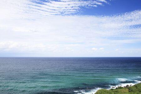 切り立った崖の近くから水平線
