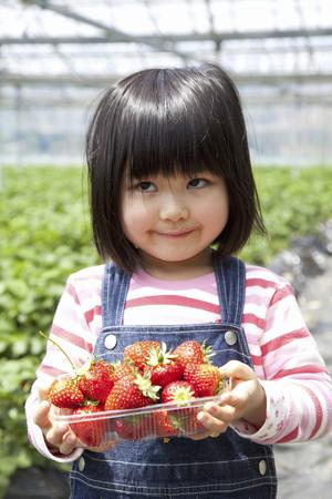 イチゴを持って女の子
