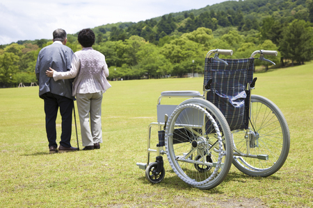 person traveling: Sillas de ruedas y parejas