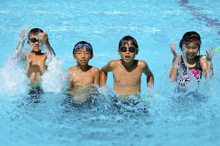 Children playing in the pool 版權商用圖片