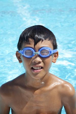 niños riendose: Niño jugando en la piscina