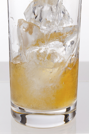 carbonated drink: Highball development that pour carbonate