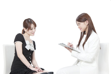 美容カウンセラーの診断を受ける女性
