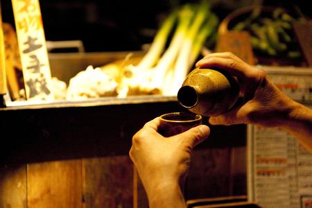 男性がお酒を注ぐ 写真素材