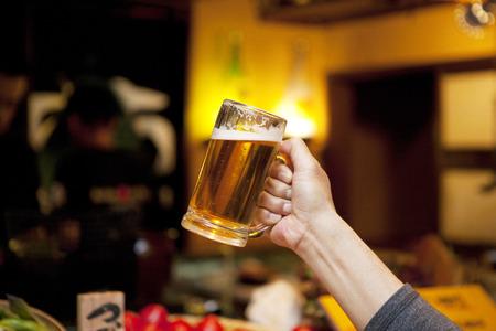 Los hombres con una jarra de cerveza