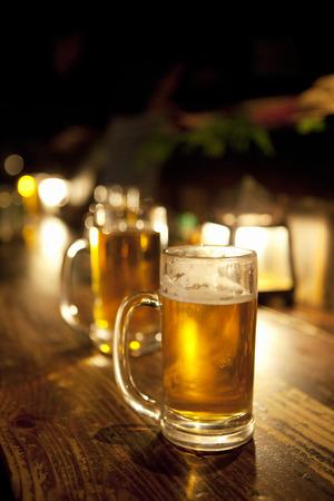 居酒屋のカウンターに置かれているビール 写真素材