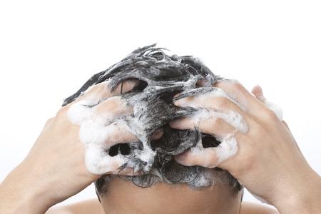 髪の男性を洗う