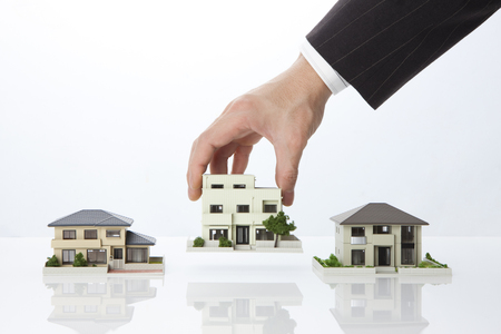 Zakenman met een model huis Stockfoto