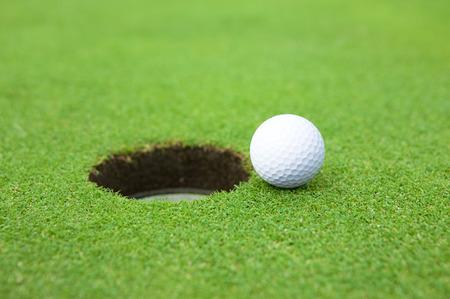カップとゴルフ ボール