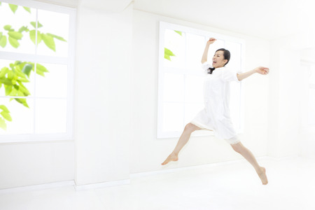 resound: Woman to jump in the room