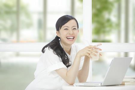 cafe internet: Sonriente mujer