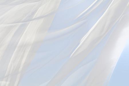 Blauwe hemel en witte gordijnen