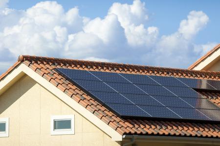 屋根に設置されたソーラー パネル 写真素材