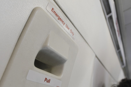salida de emergencia: Emergency exit of the airplane