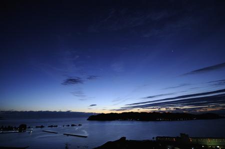 amanecer: Por la noche en el invierno antes del amanecer