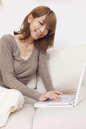 seres vivos: Mujer con ordenador port?til Foto de archivo