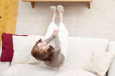 seres vivos: Mujeres descansando en el sofá