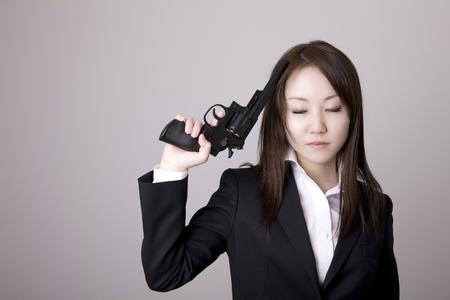 リボルバー型の銃を持った女性 写真素材