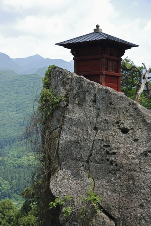 sutras: The hotel is located in the towering mountain temple walk-hundred-length rock pay Kyodo