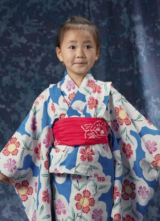 ladies bust: Standing in yukata, girl half-length to extend the sleeve on the left and right