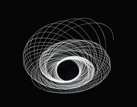 スパイラル軌道を描画する白色光