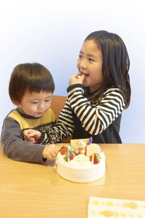 secretly: Children to eat a piece of cake secretly