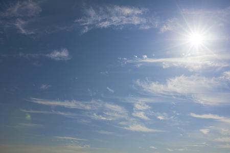 明るい太陽と巻雲 写真素材