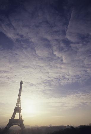amanecer: Asahi que Palais de Chaillot y la Torre Eiffel Foto de archivo