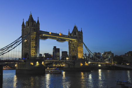 southwark: Tower Bridge at dusk