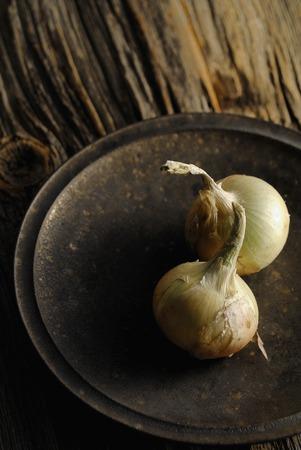 cebollas: Plato y cebollas Foto de archivo