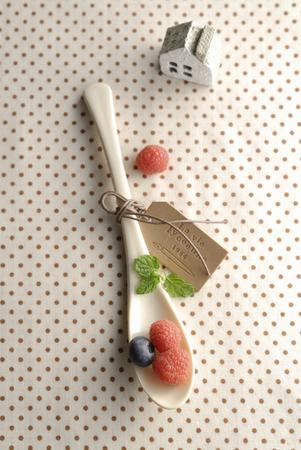 テーブルの上のラズベリー