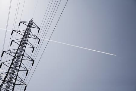 planos electricos: líneas de transmisión de energía y la estela de vapor Foto de archivo