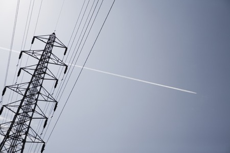 planos electricos: Power transmission lines and contrail