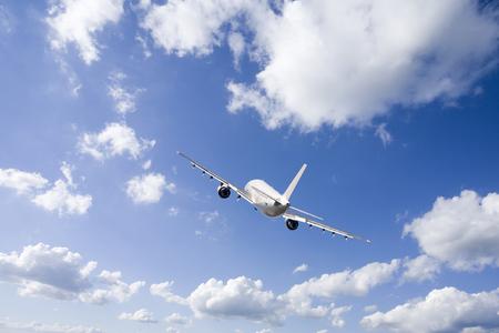 Passagiersvliegtuig en wolken