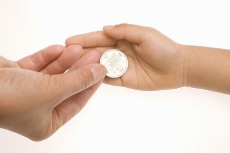 bolsa dinero: Las manos de los ni�os que reciben dinero de bolsillo Foto de archivo