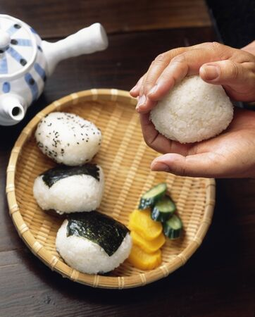 IT: It holds a rice ball