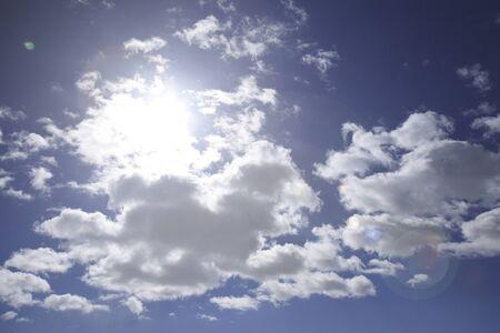 radiacion solar: Nubes del cielo azul y el sol