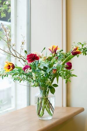 いたずらな窓辺の花瓶の