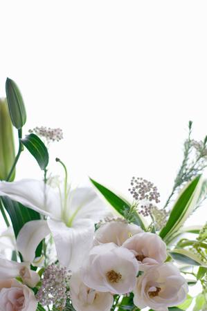 ユリとスプレー バラのいたずらな花瓶