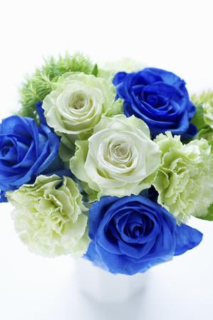 いたずらな青いバラの花瓶 写真素材
