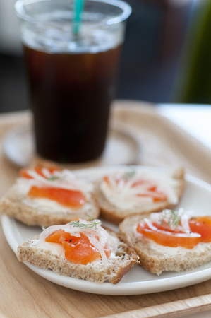 スモーク サーモンのオープン サンドイッチ 写真素材