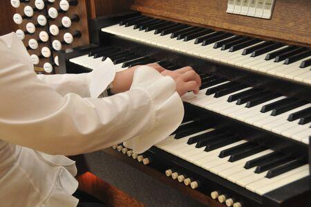 pipe organ: Pipe organ player