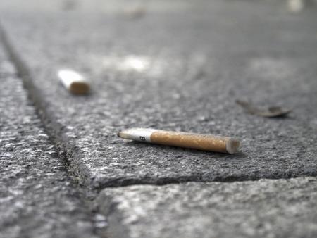 vómito: colillas de cigarrillo